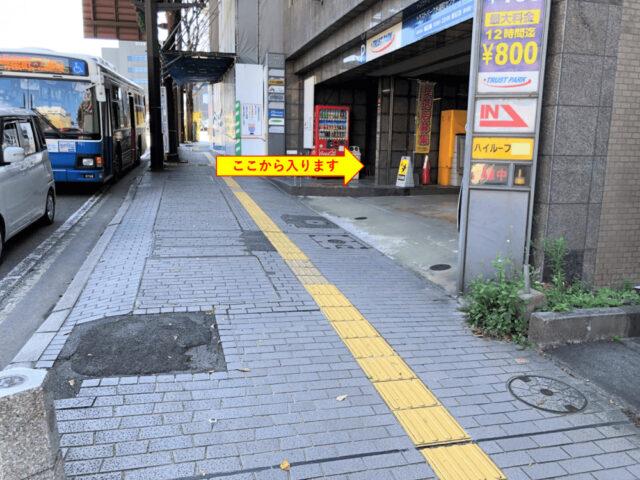 ④右側に立体駐車場が見えてきます